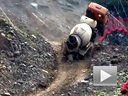 这什么情况?水泥搅拌车被土坡离奇撂倒