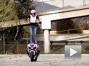 如何站在油箱上 外国美女教你摩托特技