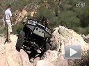 角度几乎垂直 日产frontier越野车攀爬悬崖