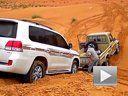 实拍丰田兰德酷路泽陆巡沙漠陷车被施救